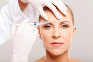 Zornesfalte / Behandlung durch Botox